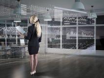Uma mulher de negócios que usa diagramas na exposição virtual Fotografia de Stock Royalty Free