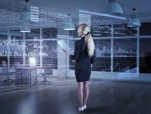Uma mulher de negócios que usa diagramas na exposição virtual Imagem de Stock Royalty Free