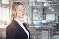 Uma mulher de negócios que usa diagramas na exposição virtual Foto de Stock