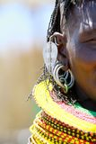 Uma mulher de Turkana na insígnia real tradicional de Turkana imagem de stock
