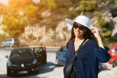 Uma mulher delgada nova com um chapéu branco grande no verão imagens de stock royalty free