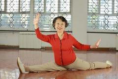 Uma mulher do eld que faz o exercício no quarto fotos de stock