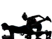 Uma mulher do homem dos pares que exercita a aptidão do exercício Fotos de Stock Royalty Free