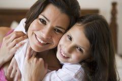 Uma mulher do Oriente Médio com sua filha fotos de stock