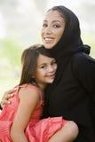 Uma mulher do Oriente Médio e sua filha imagem de stock