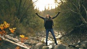 Uma mulher do Oriente Médio que levanta com uma folha seca no outono e na natureza filme
