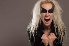 Uma mulher do vampiro grita no crepúsculo foto de stock