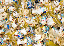 Uma mulher e homens na dança do traje no carnaval em Sambodromo no Rio foto de stock royalty free