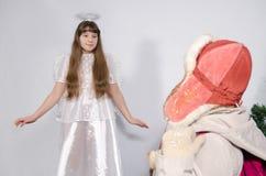 Uma mulher e uma menina no traje do anjo Fotos de Stock Royalty Free