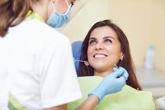 Uma mulher e um dentista em uma clínica dental imagem de stock