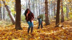 Uma mulher e um jogo do homem com folhas Movimento lento filme