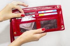 Uma mulher e um preservativo imagens de stock royalty free
