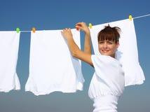 Uma mulher e uma lavanderia imagens de stock