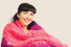 Uma mulher em uma manta morna Imagem de Stock Royalty Free