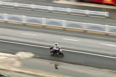 Uma mulher em uma motocicleta fotografia de stock royalty free