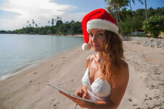 Uma mulher em um chapéu do Natal Fotos de Stock Royalty Free