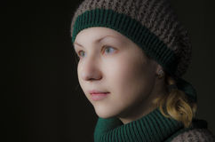 Uma mulher em um chapéu feito malha Fotos de Stock Royalty Free
