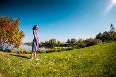 Uma mulher em um vestido está andando na grama imagens de stock