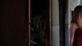 Uma mulher em um vestido longo entra a sala vídeos de arquivo