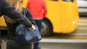 Uma mulher em uma rua da cidade não suspeita que seu telefone esteve roubado por um carteirista manhoso Cruza a estrada com a filme