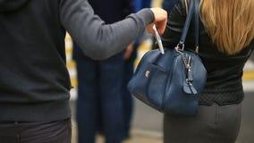 Uma mulher em uma rua da cidade não suspeita que seu telefone esteve roubado por um carteirista manhoso Cruza a estrada com a vídeos de arquivo