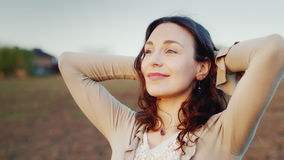 Uma mulher encontra um retrato do alvorecer Olha o sol de aumentação - um bom começo ao dia, ao otimismo e à saúde video estoque
