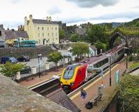 Uma mulher espera um trem em Conwy Fotografia de Stock Royalty Free
