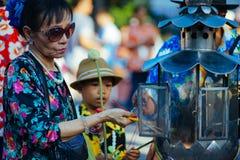 Uma mulher espirra a estátua da Buda com o perfume fotos de stock