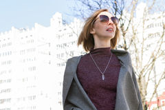 Uma mulher está andando em Autumn City Imagens de Stock Royalty Free