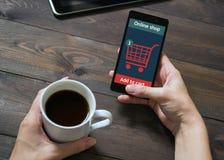 Uma mulher está comprando na loja em linha Ícone do carro Comércio eletrônico Foto de Stock