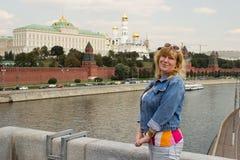 Uma mulher está estando no fundo do Kremlin de Moscovo Foto de Stock