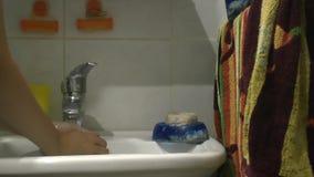 Uma mulher está lavando suas mãos video estoque
