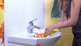 Uma mulher está limpando um dissipador filme