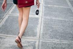 Uma mulher está mantendo uma garrafa platic com água exterior Imagens de Stock Royalty Free