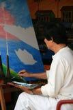 Uma mulher está pintando em sua oficina em Hoi An (Vietname) Foto de Stock Royalty Free