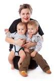 Uma mulher está sentando-se com suas crianças fotografia de stock royalty free