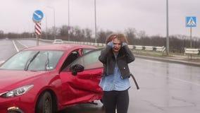 Uma mulher estava em um acidente na estrada na chuva, ? ferida e assustado video estoque