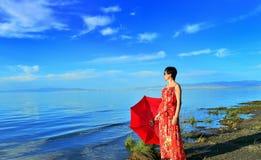 Uma mulher esteve na costa a vista Fotos de Stock Royalty Free