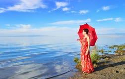 Uma mulher esteve na costa a vista Imagens de Stock Royalty Free