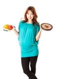 Uma mulher gravida é alimento da terra arrendada foto de stock royalty free