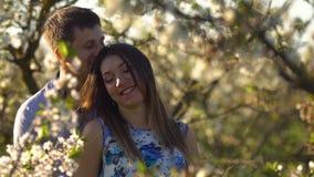 Uma mulher gravida e seu marido vão ao parque na primavera filme
