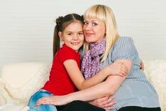 Uma mulher gravida e sua filha mais idosa Fotografia de Stock Royalty Free