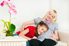 Uma mulher gravida e sua filha mais idosa Imagem de Stock