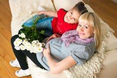 Uma mulher gravida e sua filha mais idosa Foto de Stock Royalty Free