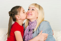 Uma mulher gravida e sua filha mais idosa Imagem de Stock Royalty Free