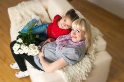 Uma mulher gravida e sua filha mais idosa Fotografia de Stock