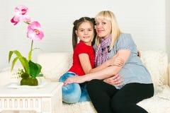 Uma mulher gravida e sua filha mais idosa Fotos de Stock