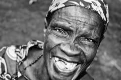 Uma mulher idosa bonita ri com abandono em Jinja, Uganda foto de stock royalty free