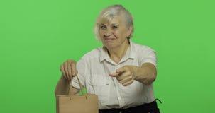 Uma mulher idosa com saco de compras Compras presentes Chave do croma filme