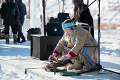 Uma mulher idosa em um traje nacional imagens de stock